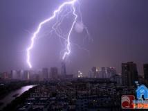 昨天傍晚,闪电击中杭州标志性建筑——西湖文化广场的瞬间